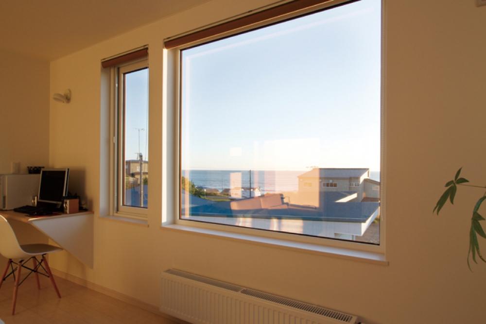 眺めのいい窓際にある書斎 - パソコン置き場としてプランした書斎。窓際で風や海の景色を感じながら過ごせます。 -  -