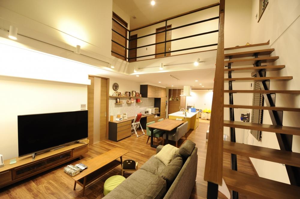 オープンな階段や吹抜け上のホールで、1階も2階も1つの大空間のように -  -  -