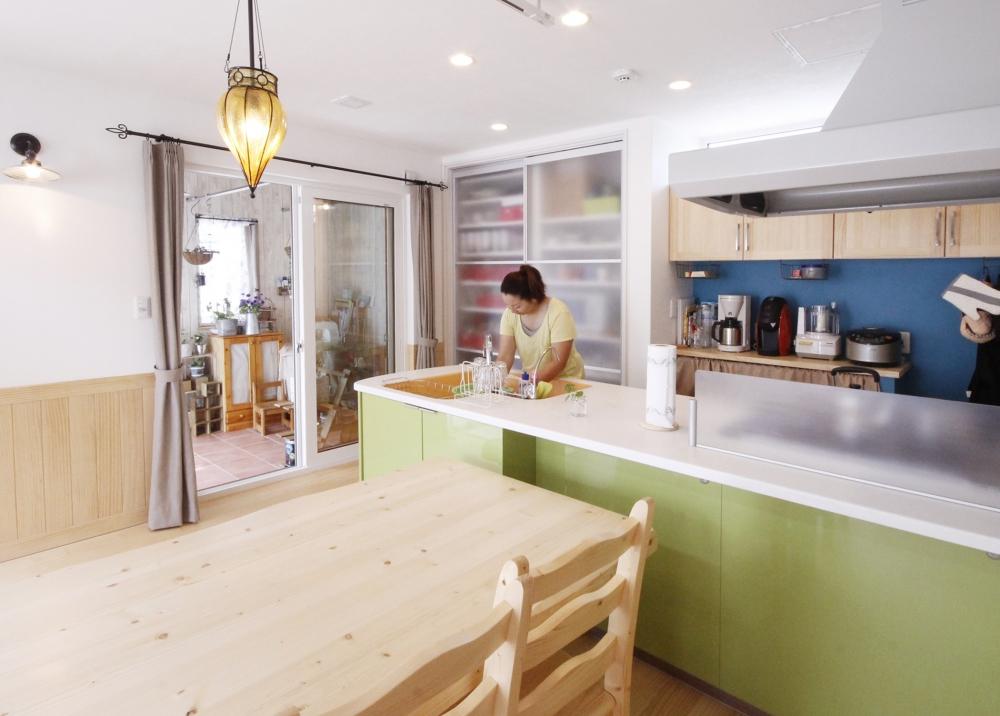 ダイニング・キッチン - L字シンクが使いやすいトクラスキッチンは「プランから絶対外せませんでした」とママが決めていたもの -  -