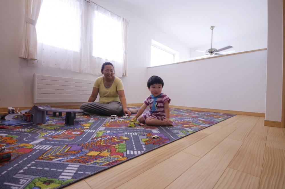 フリースペース - お子さんに部屋が必要な年頃になるまで、2階のフリースペースが遊び場です。吹抜けを通して、1階に気配が届きます。 -  -