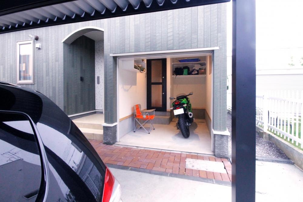 バイク専用ガレージ - パパは帰宅後、このバイクルームから室内へ。個室のガレージはちょっとした趣味の空間でもあります。 -  -