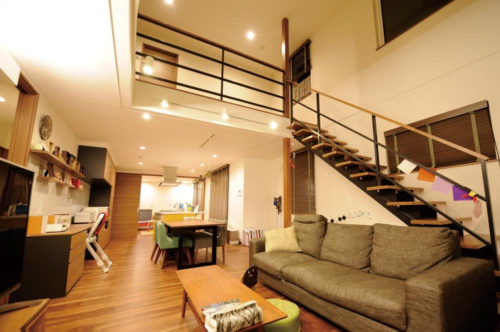 リビング・ダイニング・キッチン - 広々としたリビングは、奥の和室まで見通のいいオープン設計。どこにいてもお子さんの姿を見守りやすいつくりです。 -  -