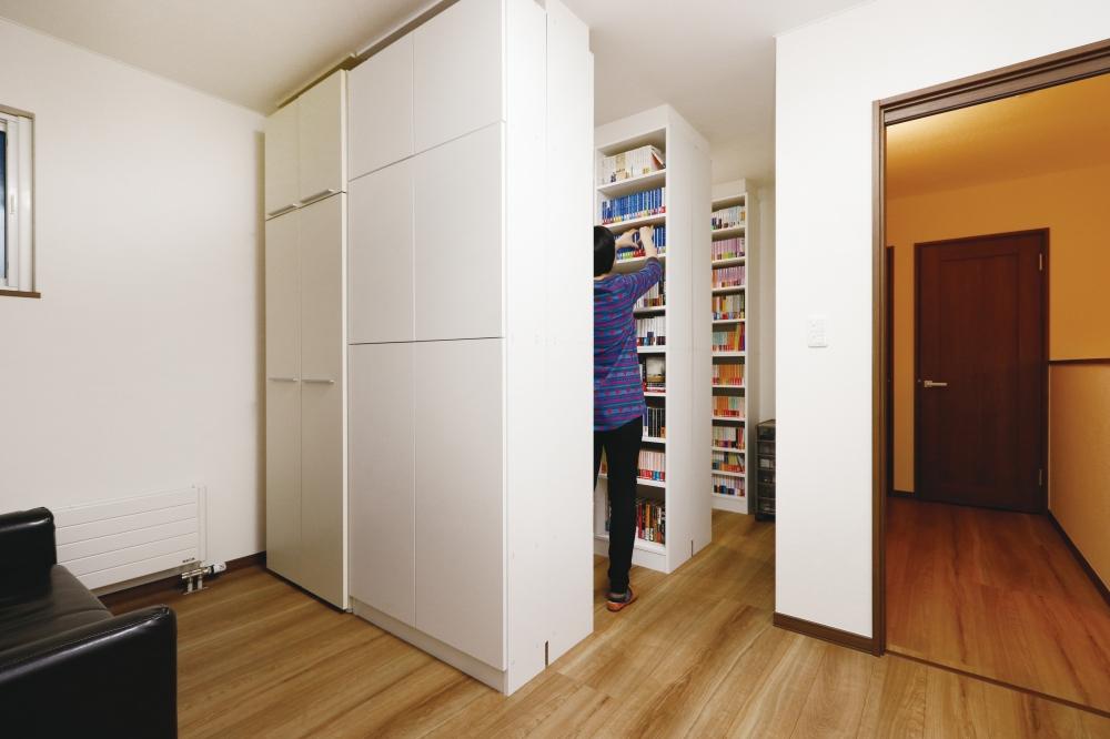 10畳とゆったりの図書ルーム - 本棚は当社がオリジナルで制作。図書ルームでゴロゴロできるようにソファも置いてあります。何冊か取り出し、リビングで読むのが至福の時間。 -  -