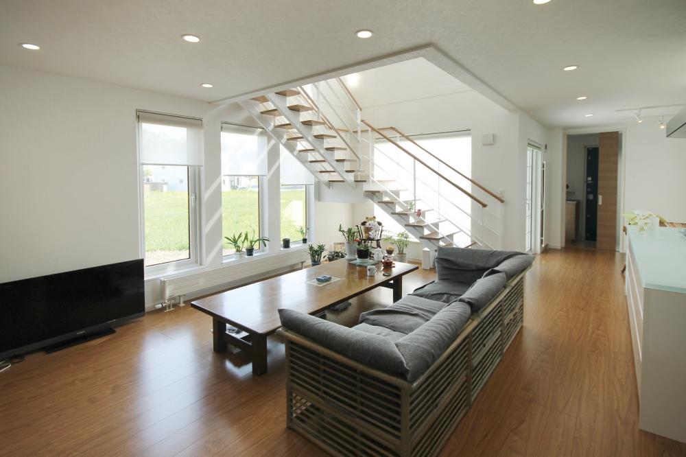 - 家具を置いても、ゆったりと歩きやすい動線のリビング。階段は当社がご夫婦の歩幅に合わせて造作したのもで、上り下りになるべく負担をかけないよう提案しています。外の自然が心にもゆとりを与えてくれる家です。 -  -