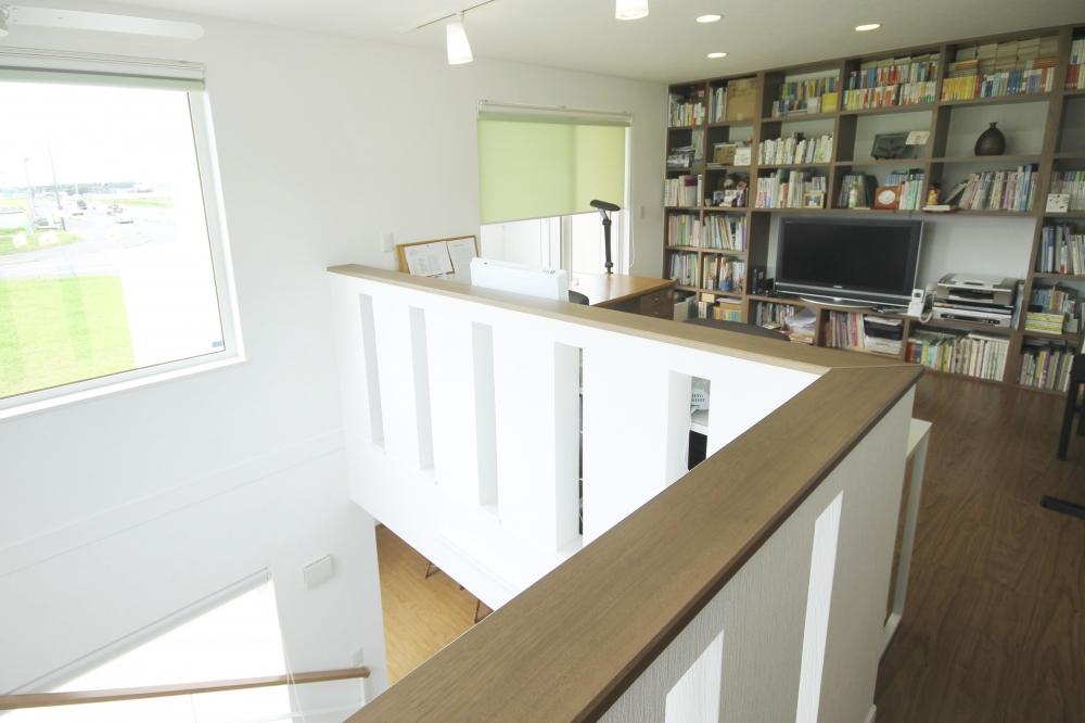 - 階段を上がり2階ホールへ。こじんまりとしたスペースに本棚を造作し、ご夫婦の書斎をプラン。 -  -