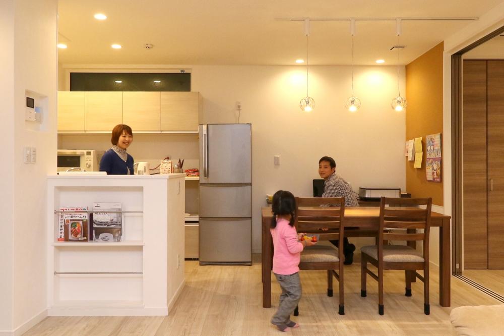 キッチン・ダイニング - ワークカウンターの壁はコルク貼りを提案し、幼稚園でもらうプリントや家族の予定を貼れるよう工夫しました。セカンドリビングの三枚扉を引き込めば、広く使えるワンフロアになります。 -  -