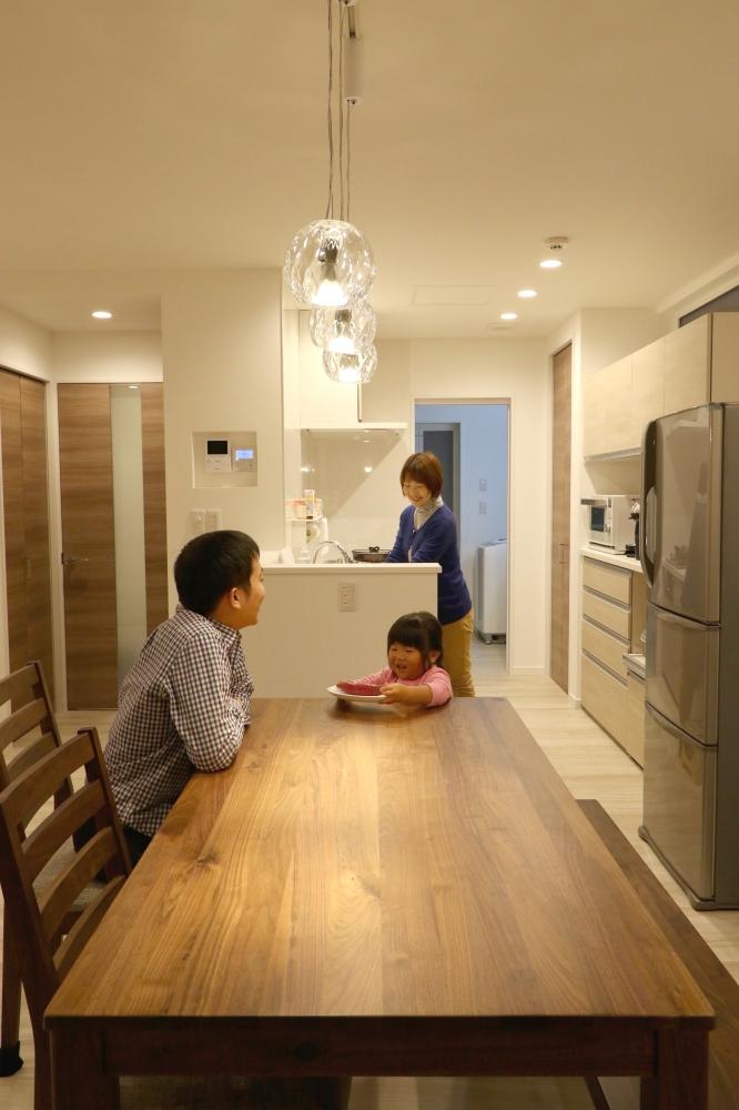 - キッチンと並列のダイニング。ペンダントライトはご夫婦のこだわり。波模様の光が寛ぎの食卓を演出します。 -  -