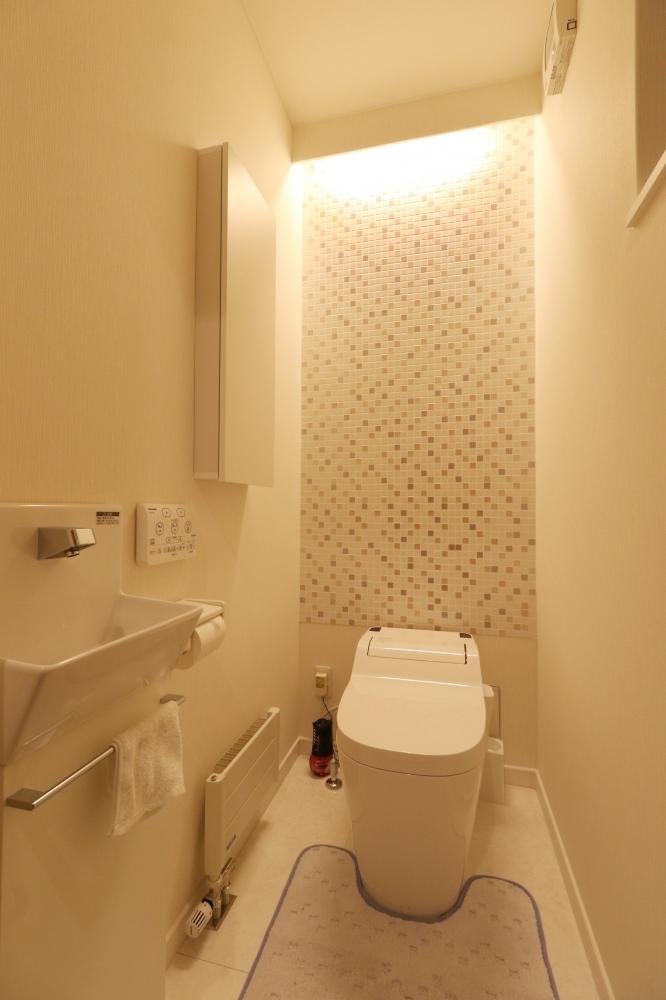 トイレ - タイルの壁は奥さまのご要望をもとにデザイン。清潔感がありスッキリとしたデザインが特徴のトイレ -  -