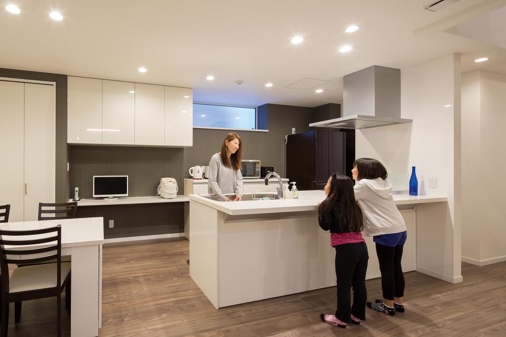 キッチン - 背が高い奥さまに合わせて、高さを調整したキッチン。向かいあわせでおしゃべりしたり、配膳も手伝いやすいつくりです。パントリーやカウンターもあるので、家族が自然と集まる場所になりました。 -  -