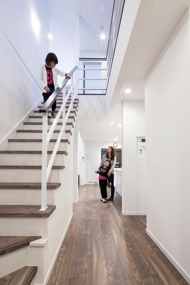 吹抜け階段 - リビングへのドアを開けたとたんに開放的な吹抜けが迎えてくれます。上下階の気配が感じられ、自然光をたっぷりと取り入れられます。 -  -