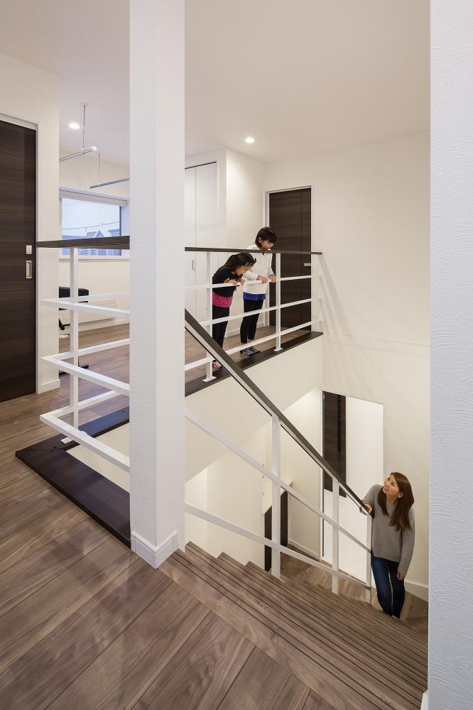 2階から1階を見る - 階段横には多目的ホールをプラン。 -  -