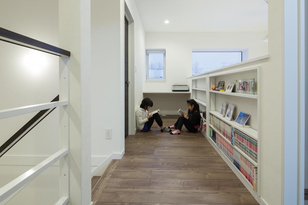- 本棚とカウンターを造作した2階のライブラリーホール。通路幅が1m以上とゆったりしているので、ここもひとつの部屋のように使うことができます。 -  -