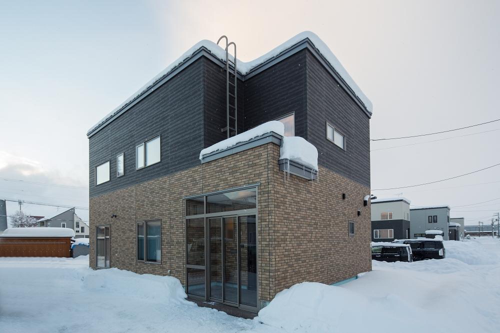 外観 - 1階をレンガ調の外壁、2階を木目調で貼り分けた2トーンの外観。2区画分の敷地があり「雪捨て場にも困りません」とご主人 -  -