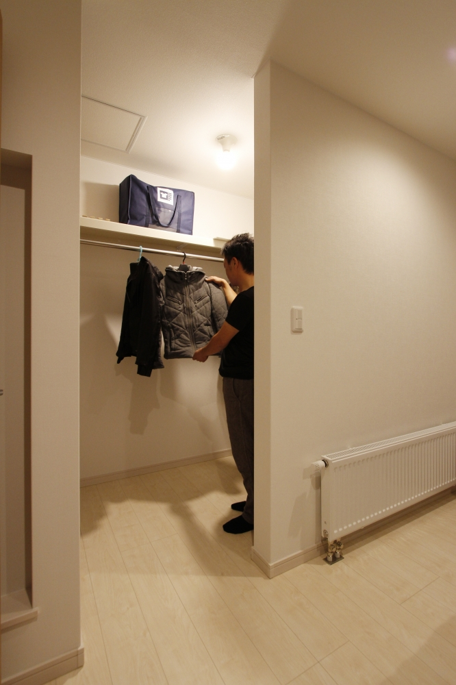 ウォークインクロゼット - 寝室内にある広々としたウォークインクロゼット。ハンガーポールと棚があり、服やバッグも選びやすくなっています。 -  -