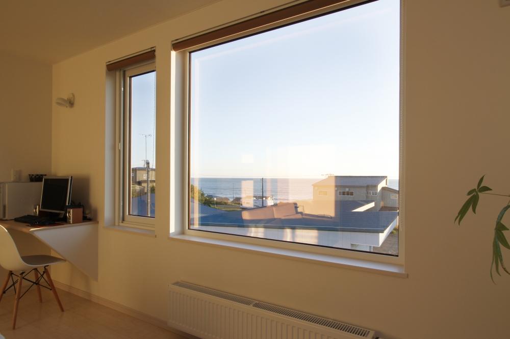 眺めのいい窓際にある書斎 -  -  -