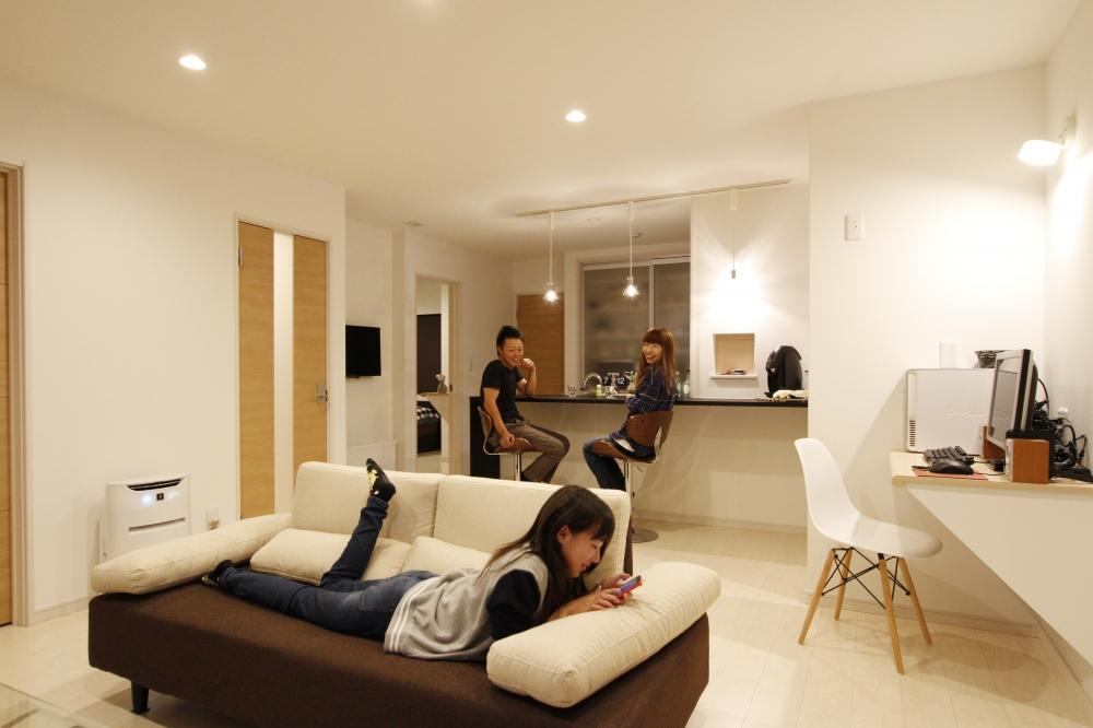リビング - オープンなリビングはカウンターや書斎、ソファなど随所に寛ぎの場所があります。 -  -