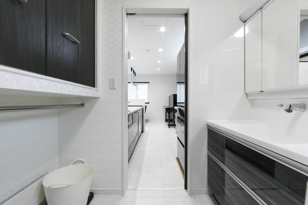 ユーティリティーからキッチンを見る - タオルやバス用品が収納できるリネン庫があり、濡れたタオルは、パネルヒーター上の物干しポールにかけられます。 -  -