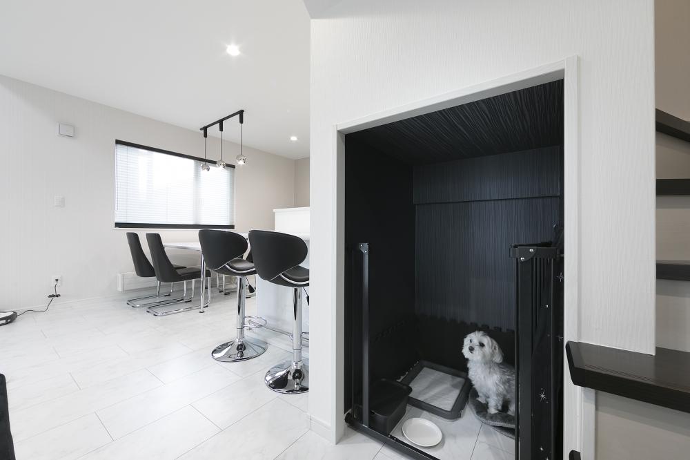 リビングのペットスペース - 家族の一員である愛犬の部屋を、階段下に造作。ケージを置かずに済むので、空間もすっきりします。 -  -