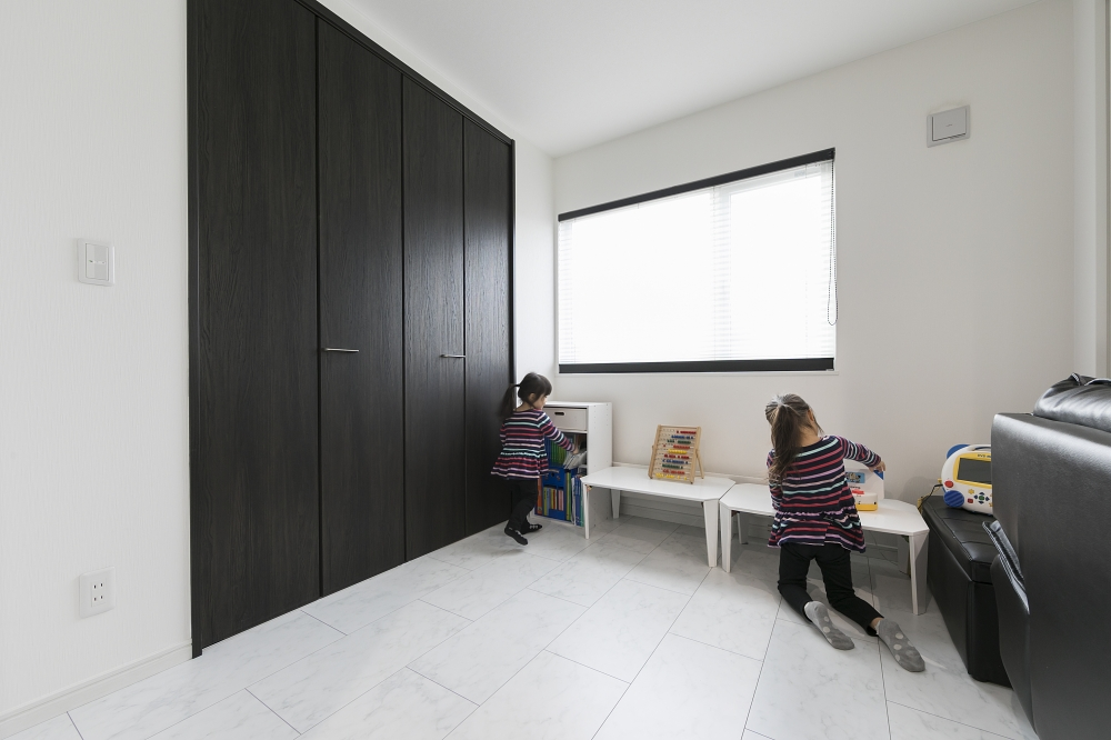 セカンドリビング - クロゼットつきのセカンドリビングに、1階で使う物をまとめて収納。来客を泊める際は個室にもできます。 -  -