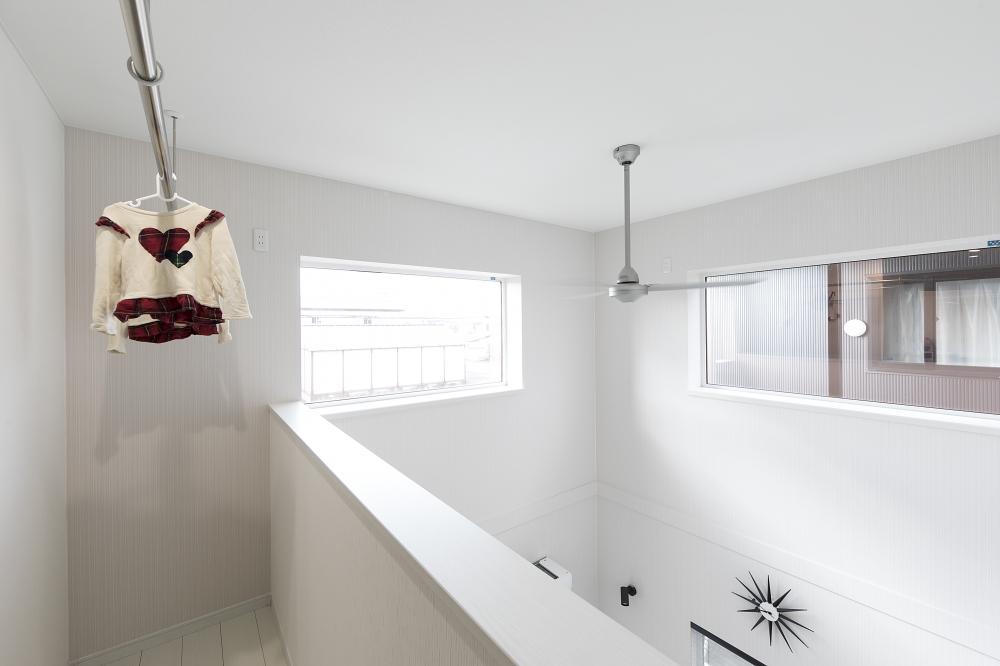 吹抜け上のドライエリア - 吹抜けの上、2階ホールの一角にプランしたドライエリア。雨の日も日当たりを利用して、洗濯物がカラリと乾きます。 -  -