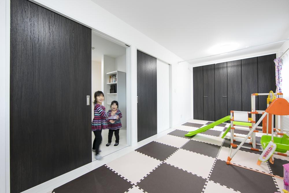 - 姉妹で遊んだり、走ったり。ワンルームの子ども部屋は、あらかじめドアを2つ設け、将来壁で仕切ることができます。 -  -