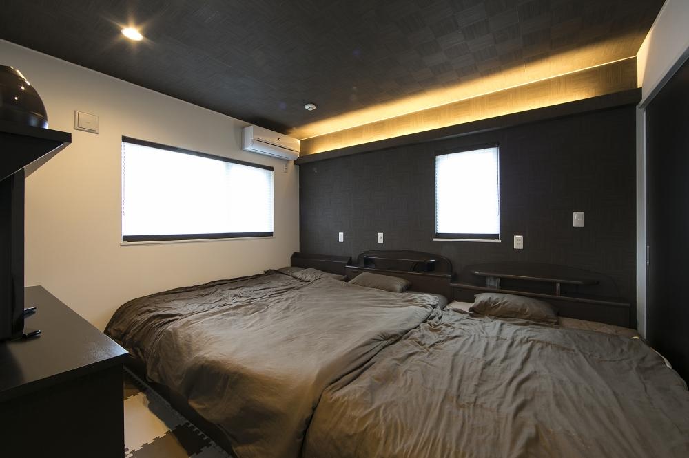 ベッドルーム - 間接照明が安らかな癒しを与えるシックなベッドルーム。 -  -