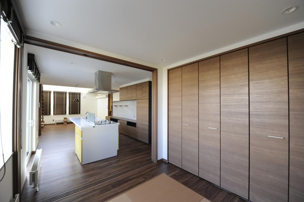 和室にはクロゼットも - 和室は扉を閉めると個室になります。大きなクロゼットが、オモチャや布団、日用品の収納として便利です -  -