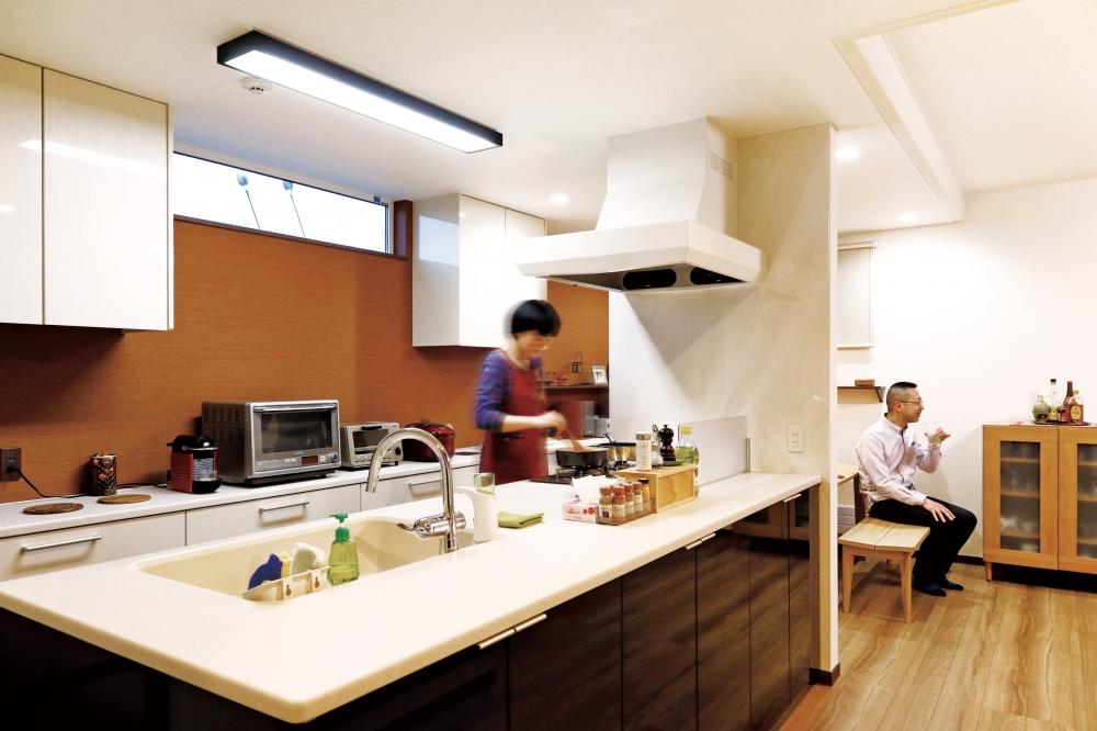 キッチン・ダイニング - ブラックの光沢パネルと白い天板が美しいトクラスのキッチン。天板の奥行きは1m以上あり、調理や盛りつけにも広々です。 -  -