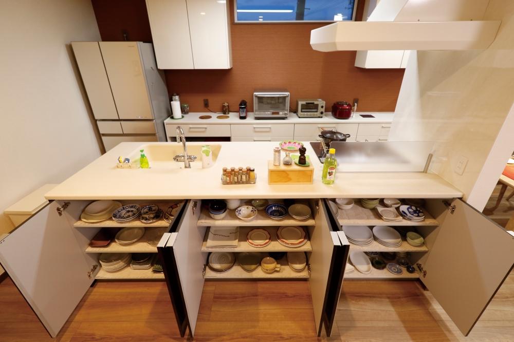 キッチンは大容量の収納つき - キッチン前面の収納には、Nさまが時間をかけて集めたすてきな食器が並んでいます。 -  -