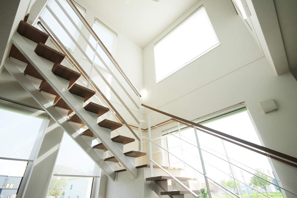 - 庭に面する側に大開口を設け、階段部は吹抜けに。まぶしいほどに光が注ぐ開放的なフロアをデザインしました。 -  -