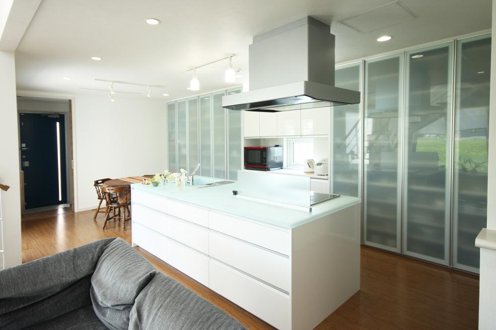 - 大容量の壁面収納を備えたキッチン。食器はもちろん、小物や書類も収納できます。機能と美しさにこだわったキッチンが、フロアをより美しく演出しています。 -  -
