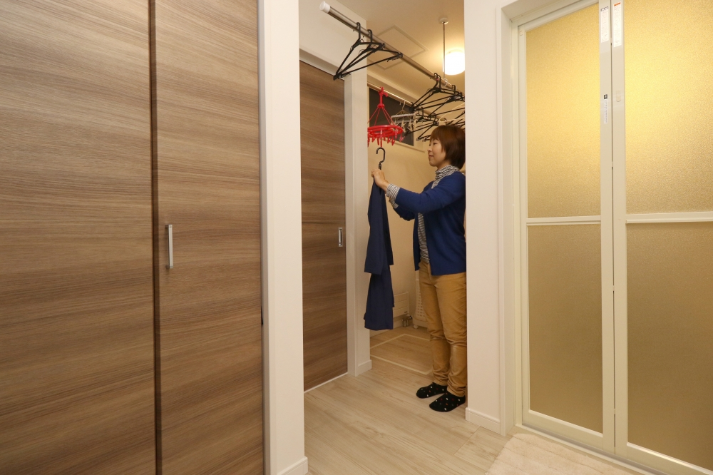 物干し専用スペースがあるUT - 脱衣所に物干しポールがあると、洗濯物がひっかかり邪魔になる時があります。そこでコーナーにランドリースペースをプラン。こうすることで、お風呂の準備や着替えもゆとりの空間に。 -  -