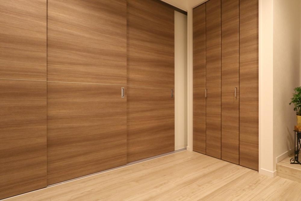 セカンドリビングを個室にした状態 - セカンドリビングの扉を閉めれば個室に。来客を泊めたり、お子さんの遊び場としても活躍。木目のデザインが空間に優しさを与えてくれます。 -  -