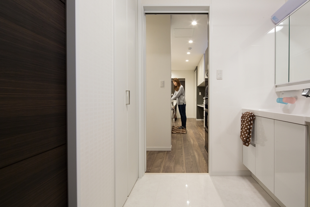 ユーティリティ - 掃除がしやすい床や、収納も使いやすいユーティリティー。玄関からここを通り、キッチンへ抜けられる動線が快適です。 -  -