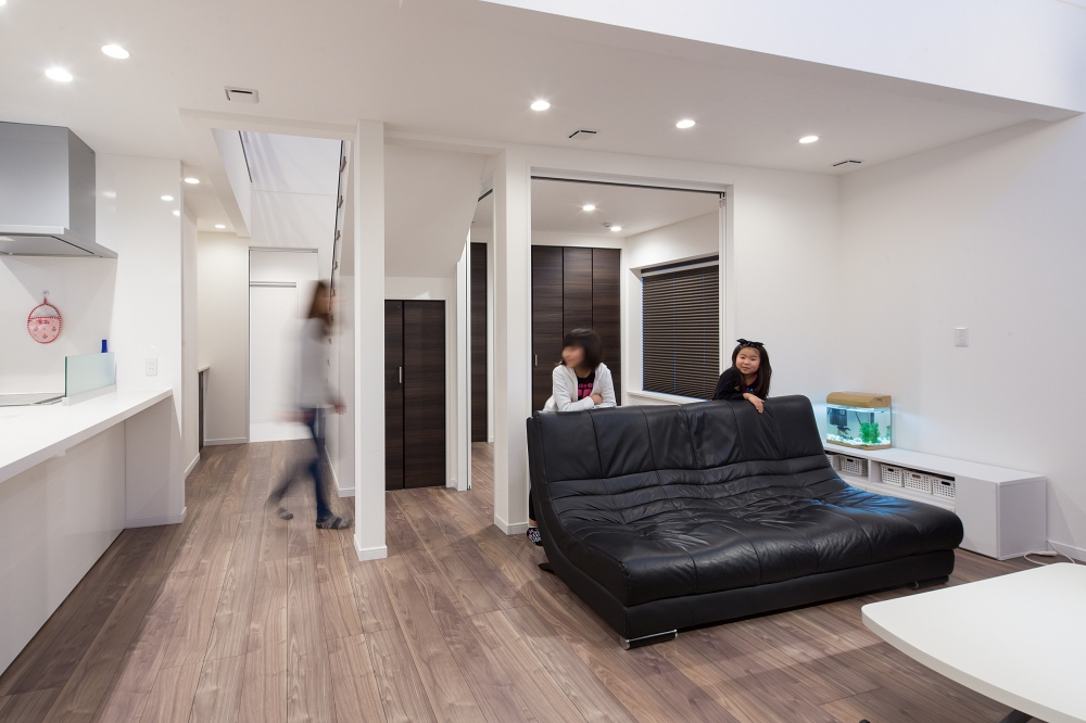 リビング - 階段下の収納を限界までさげて、奥行きを広げたリビング。普段はセカンドリビングの扉を開けて、空間を広々と使われています。 -  -