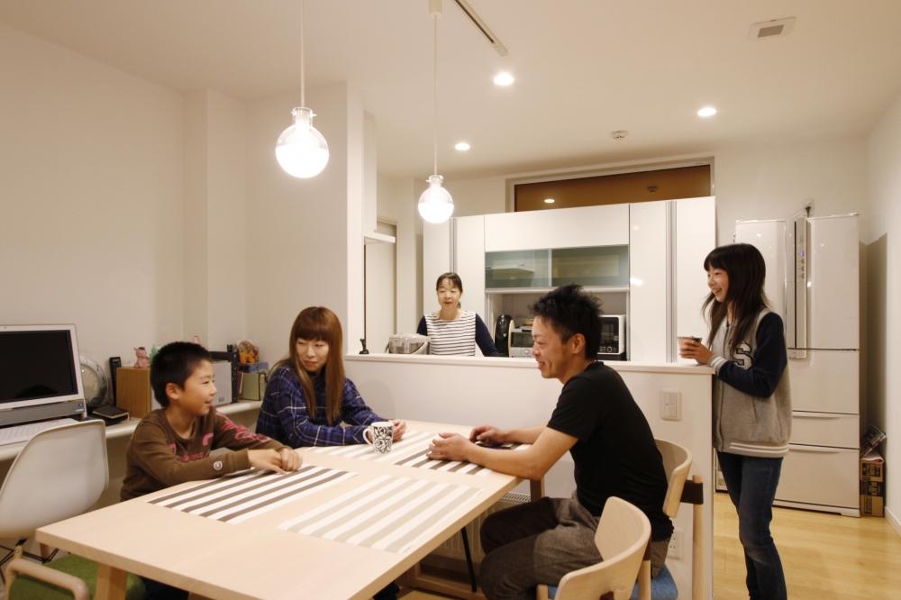 キッチン・ダイニング - キッチンは対面式で空間全体を見渡すことができます。ダイニングにはワークカウンターもあり、パソコンスペースとして活用。 -  -