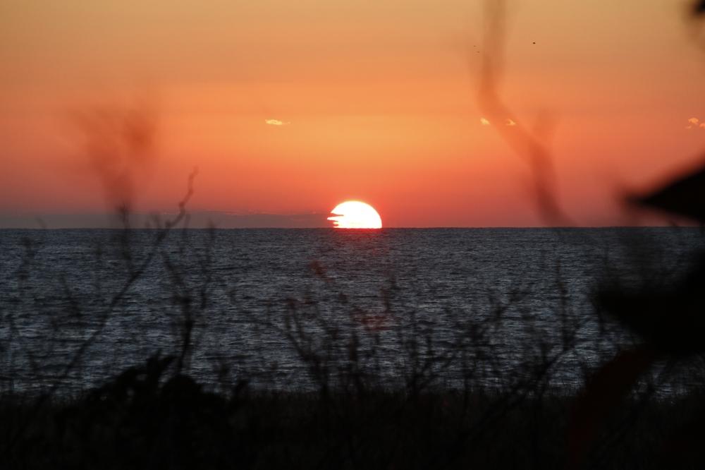 夕焼け - 水平線に沈む夕日も、この町の美しい風景のひとつです。 -  -