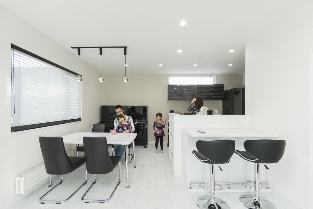 ダイニング・キッチン - キッチンと向かいあわせにスタディコーナーをプラン。ママと一緒に勉強したり、おやつを食べたりと、家族のコミュニケーションを広げます。 -  -