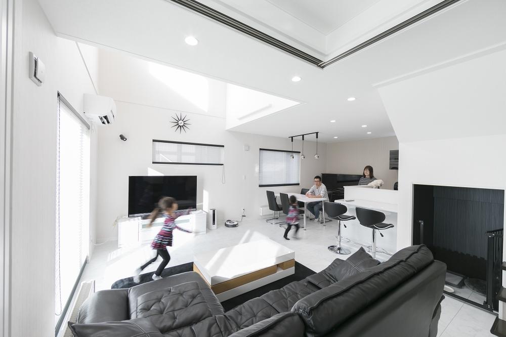 リビングの床暖房もぽかぽか、光あふれる吹抜けを子ども達ものびのび