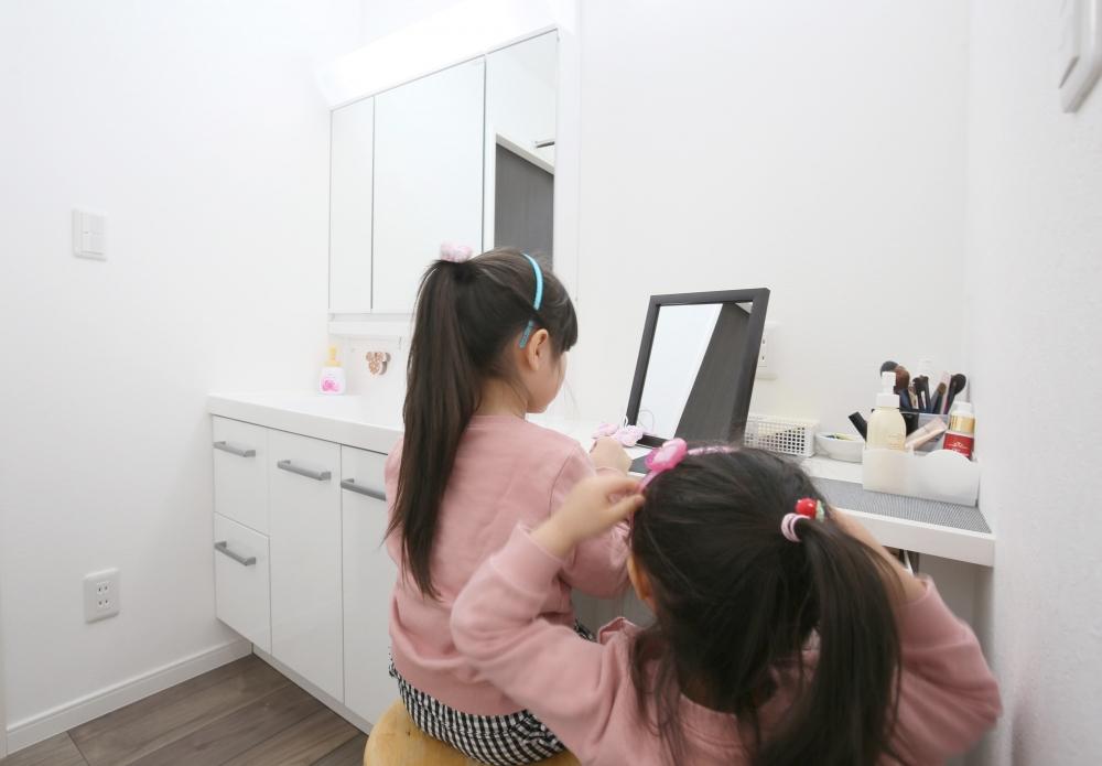 洗面ルーム - 成長していく三姉妹のために、洗面スペースは広く設計。奥さまの化粧カウンターで、お子さんもオシャレを楽しんでいます。 -  -