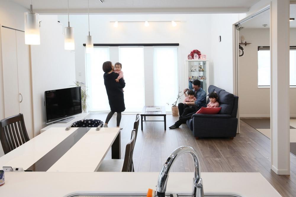 キッチンからの眺め - キッチンに立つとフロアじゅうを見渡せて、お子さんにも目が届きます。階段下の空間を活かした収納もあり、住まいはいつもスッキリ。 -  -
