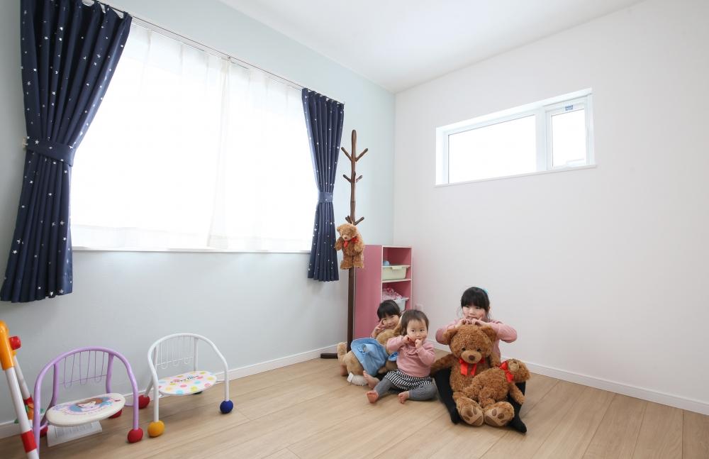 8畳の子ども部屋 - 子ども部屋は机が2つ置ける8畳と、お勉強に集中できる6畳の個室に。3姉妹の成長にあわせて使い分けていきます。 -  -