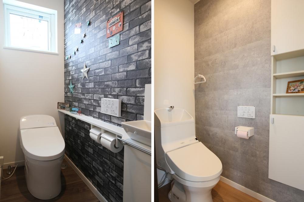 トイレ - 左:1階のトイレはレンガ調のクロスで、アメリカンヴィンテージ風の遊びココロを。右:2階のトイレはコンクリート風クロス+消耗品のストック棚を設置 -  -