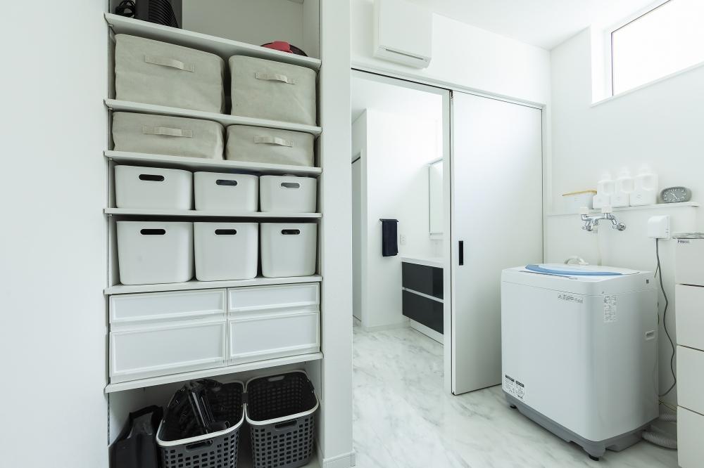 ユーティリティ - キッチンからスムーズに移動できるユーティリティ。水回りに大容量の収納があることで、お子様の着替えなど子育ても快適に。洗面スペースを独立させたことで、どちらも広々使えます。 -  -