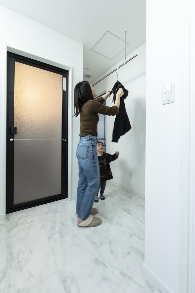 - 浴室、洗濯・物干しスペースがあるユーティリティへは、キッチンから回遊できる動線 -  -