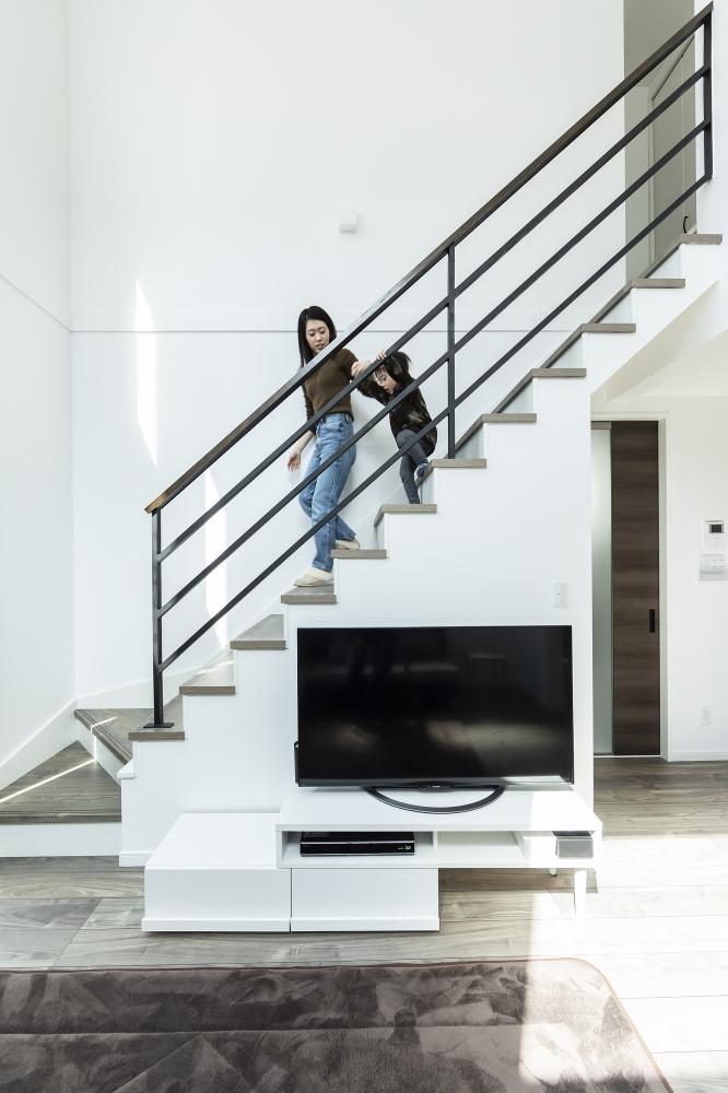 スチールバーの階段 - インテリアとしても美しいスチールバーの階段手すり。空間をより広く見せられます -  -