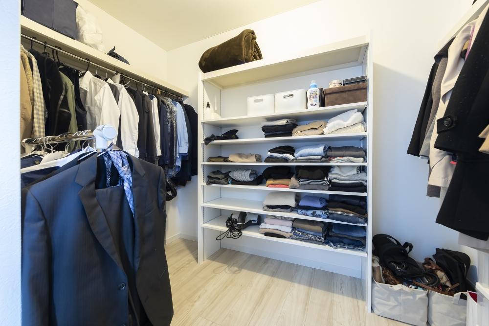 寝室内のウォークインクローゼット - ショップのように服が平置きできる棚、ハンガーパイプで着たい服がすぐ取り出せて、広いスペースでコーディネートができます。 -  -