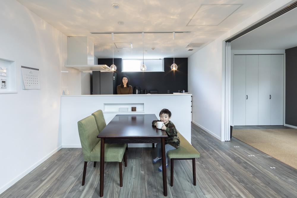 DKとセカンドリビング - 対面式でお子様の遊びを見守りながら家事ができるキッチン。セカンドリビングには大型クロゼットもついています。 -  -