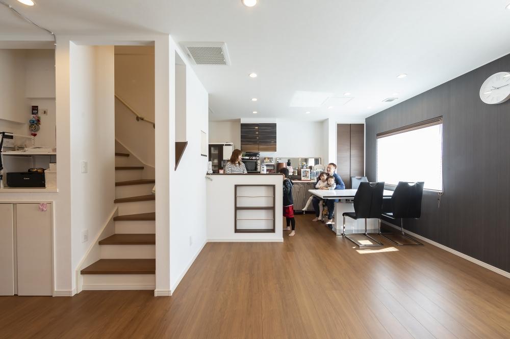 ダイニング・キッチン - リビング階段なので「ただいま、行ってきます」も、家族が顔を合わせやすい間取り。階段下収納や、ダイニングそばに物入れもあります。 -  -