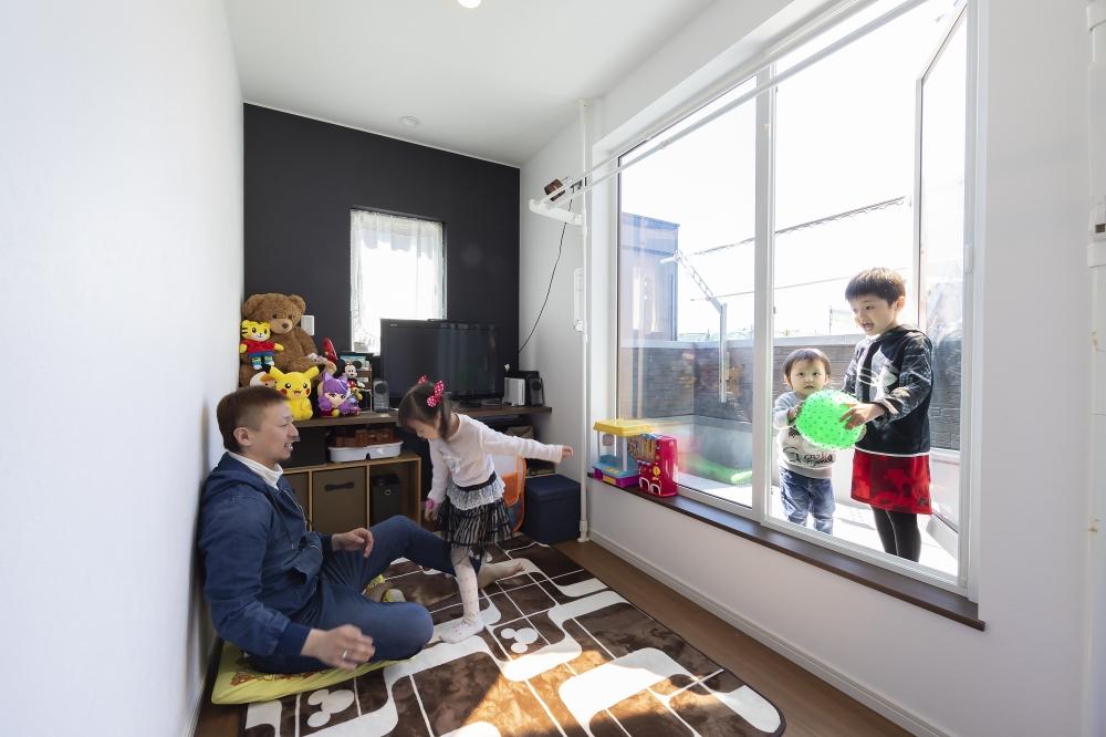 バルコニーとつながる2階のフリースペース - 家族それぞれの部屋もありますが、こんな遊びのスペースがあると暮らしが広がります。「ゲームをしたり、ゴロゴロしたりしています」とパパ -  -